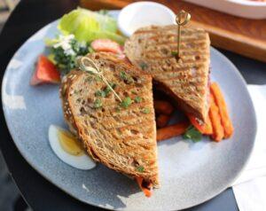 Sandwich toasté poulet avocat